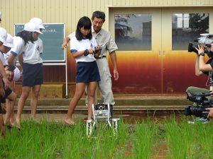 小学校で昔ながらの草取りと最新草取りロボを学ぶ!その3
